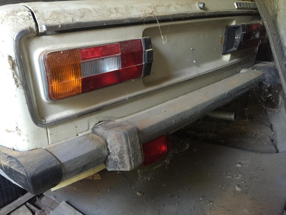 Машина находилась в этом в гараже более 25 лет! Номеров нет — на учет ее не ставили