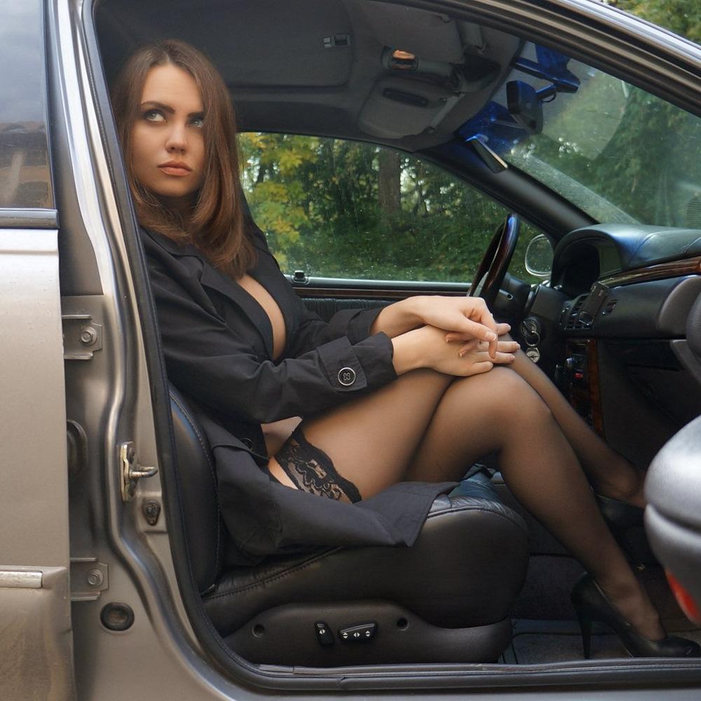 медленно баба в колготках из машины почему-то