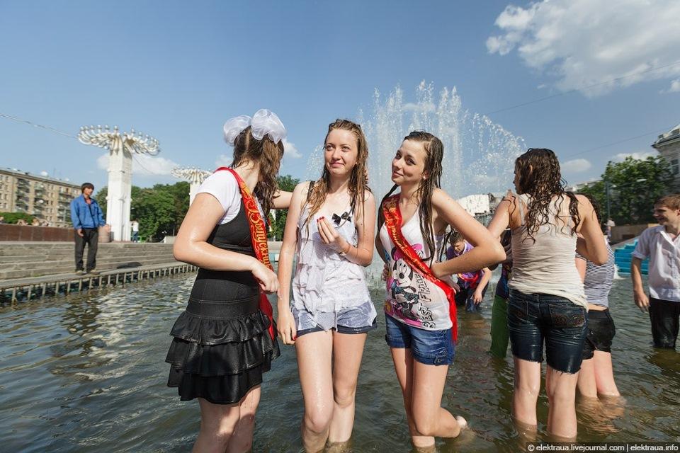 Девушки дрочат мальчикам в публичных местах фото 575-845