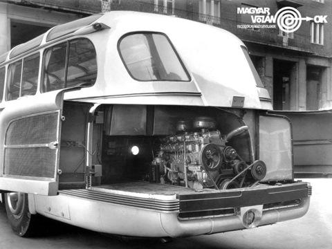 Силовая установка располагалась глубоко в корме автобуса, что позволило организовать удобный доступ к двигателю через распашные ворота