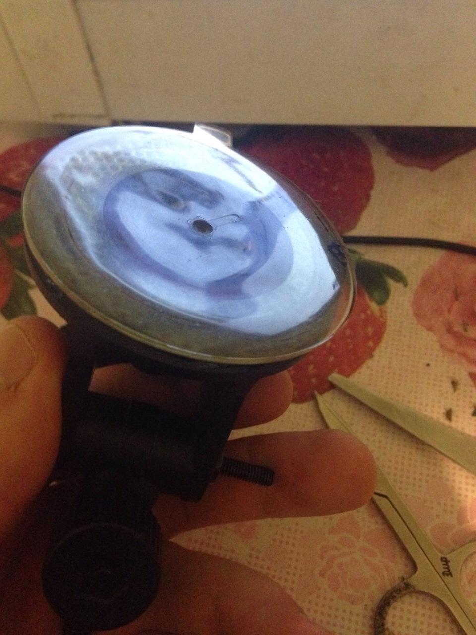 Как сделать чтобы присоска на стекле держалась