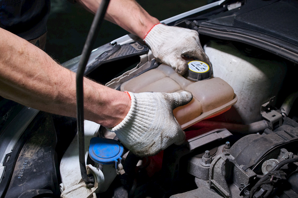 Демонтаж расширительного бачка системы охлаждения Ford Focus III