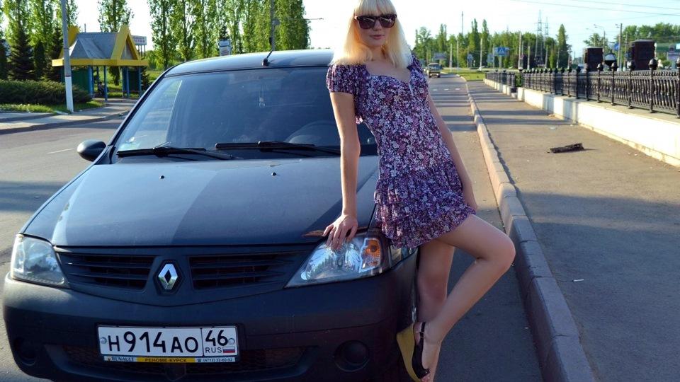 golaya-devushka-v-reno-logan