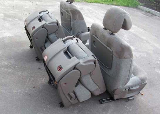 Кресла на транспортер прокладывается холст конвейер в который поступает такой сэндвич пробивает холст