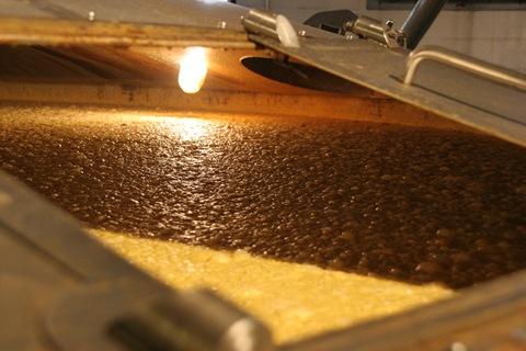 Следующий этап – вода, зерно и дрожжи соединяются для брожения.