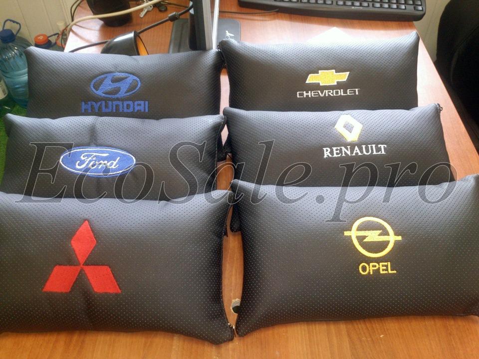 Декоративная подушка в автомобиль