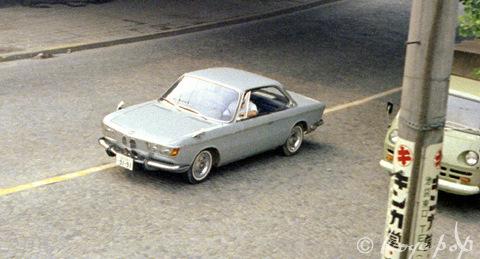 Одинокий и неуместный BMW2000CS на улице Токио в 1967 году