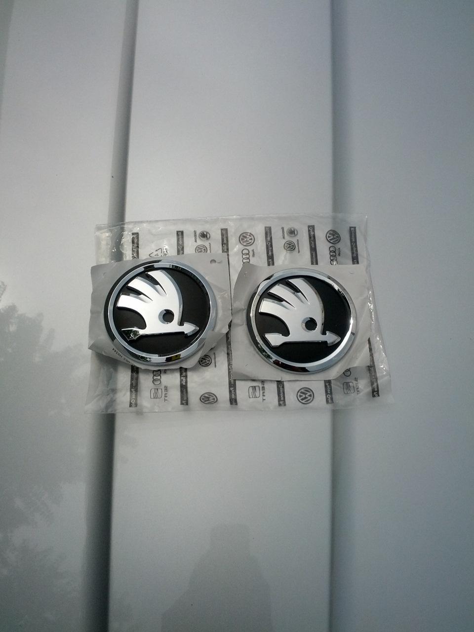 замена логотипа skoda на капоте