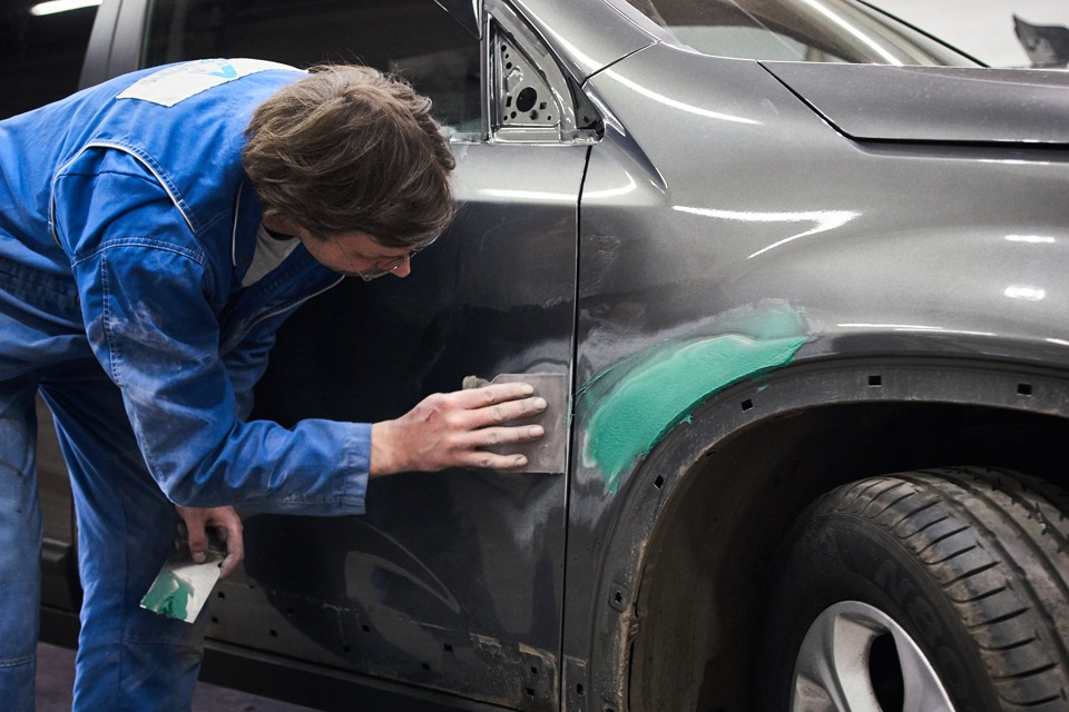 Нанесение шпаклёвки Carsystem Glass на ремонтную поверхность переднего правого крыла и передней правой двери KIA Sorento