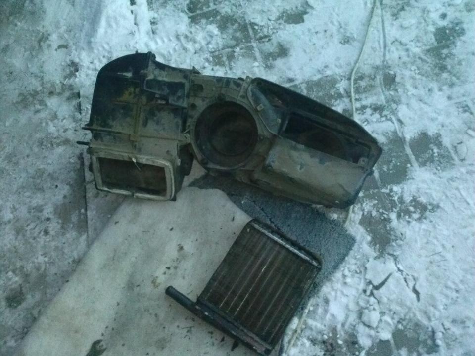Прежде чем приступать к замене радиатора печки, нужно слить охлаждающую жидкость.