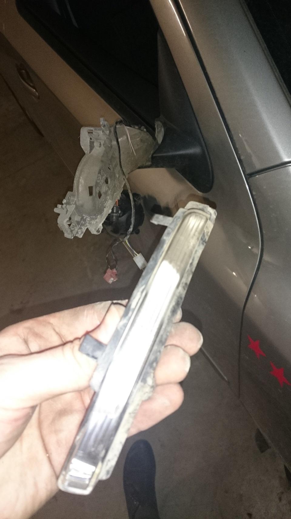 замена указателя поворота в зеркале Toyota Венза #5
