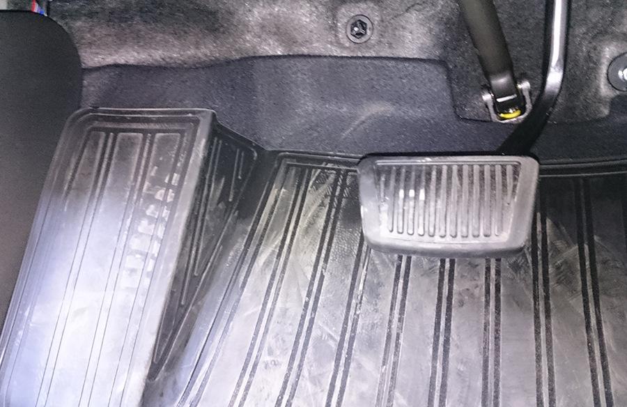 Водительский коврик с удобной вкладкой, которая ложится на зону отдыха левой ноги)