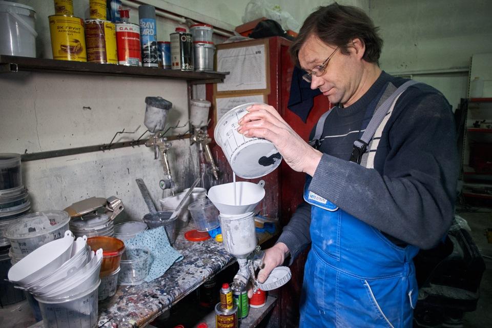 Заправка раствора для грунтовки в ёмкость покрасочного аппарата