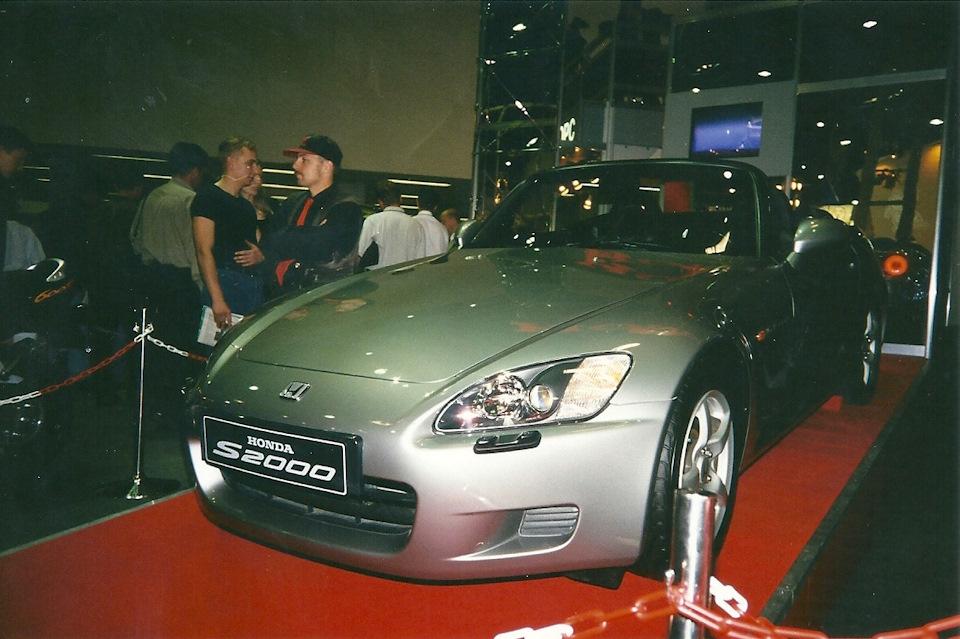 Абсолютно новая (модель 1999 года) Honda S2000. Не люблю мелкие моторы — но на этом родстере двухлитровик был восхитителен. Крутился как мотоцикл!