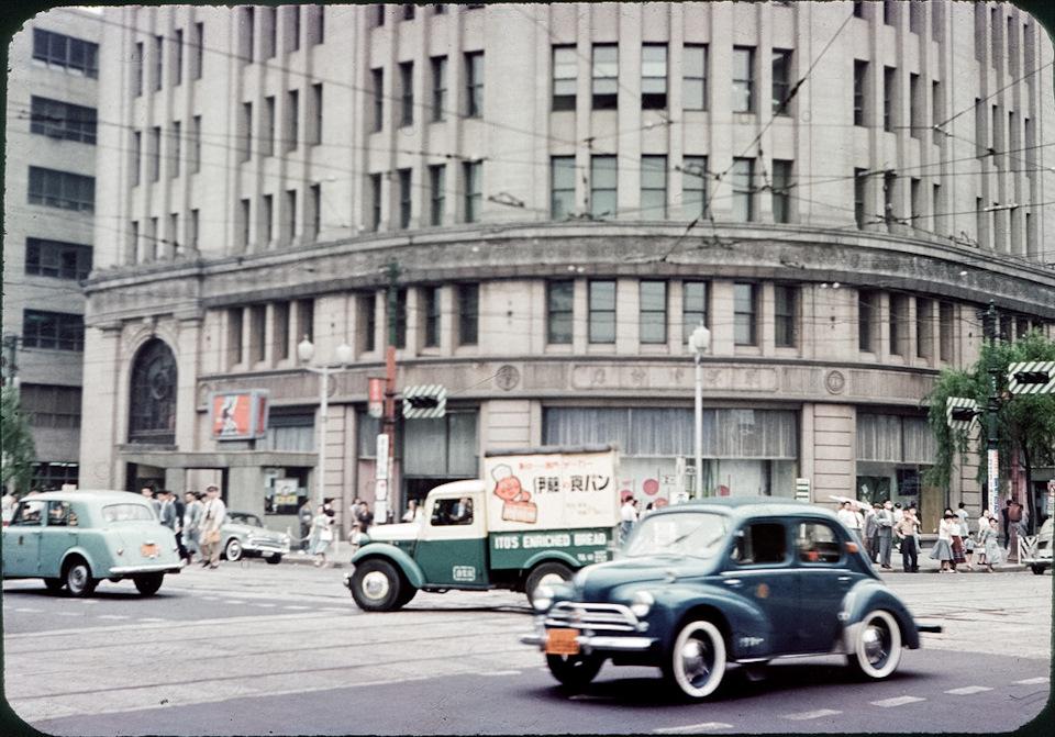 Хино-Рено 4CV на улице Токио, 1950ые года. Слева частично виден Датсун-1000, в основе которого также немало заимствованных технологий, на сей раз — у английского Остина.