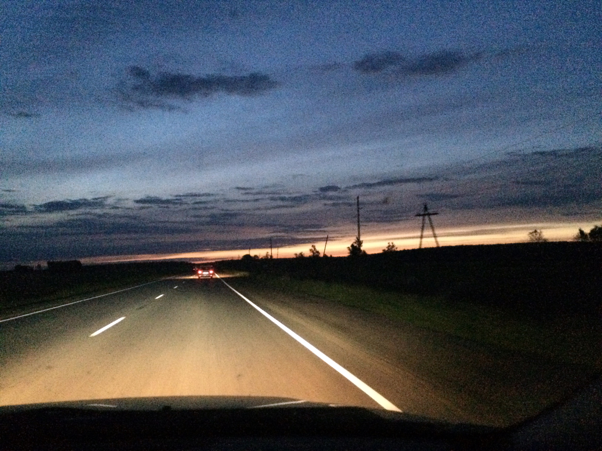 фото ночной дороги из авто болтик возле красной