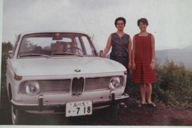Супруга и теща некоего г-на Иноуэ, главного инженера энергетической компании в центральной префектуре Токио-то, позирующие на фоне семейного транспорта — седана БМВ-1800.
