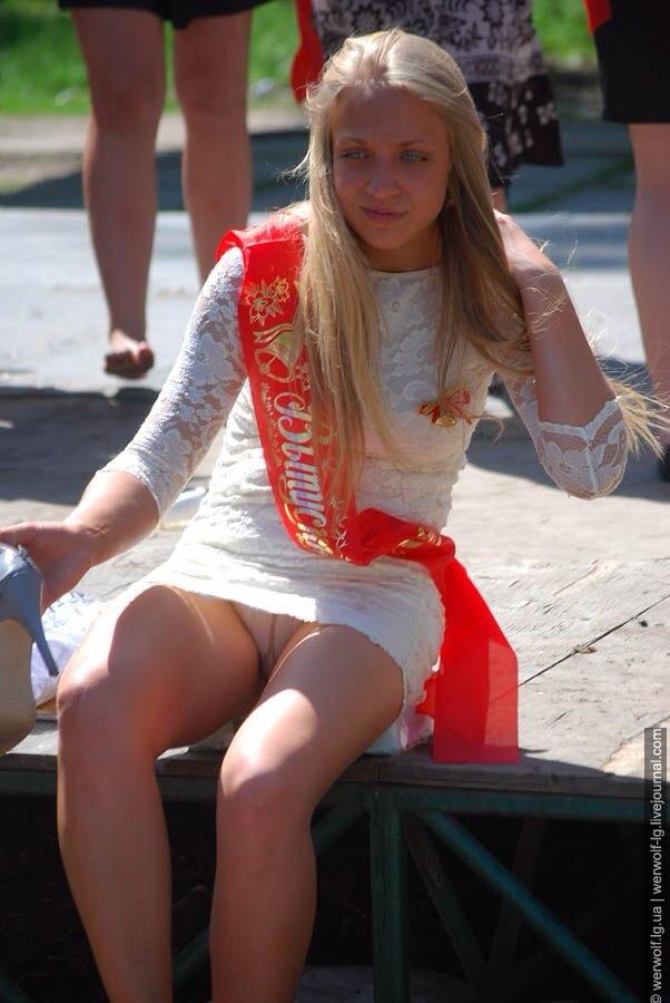 девочка в шортиках дрочит