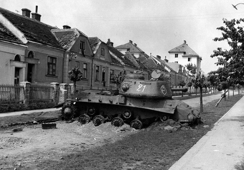 Подбитый ИС-2. Чехословакия.