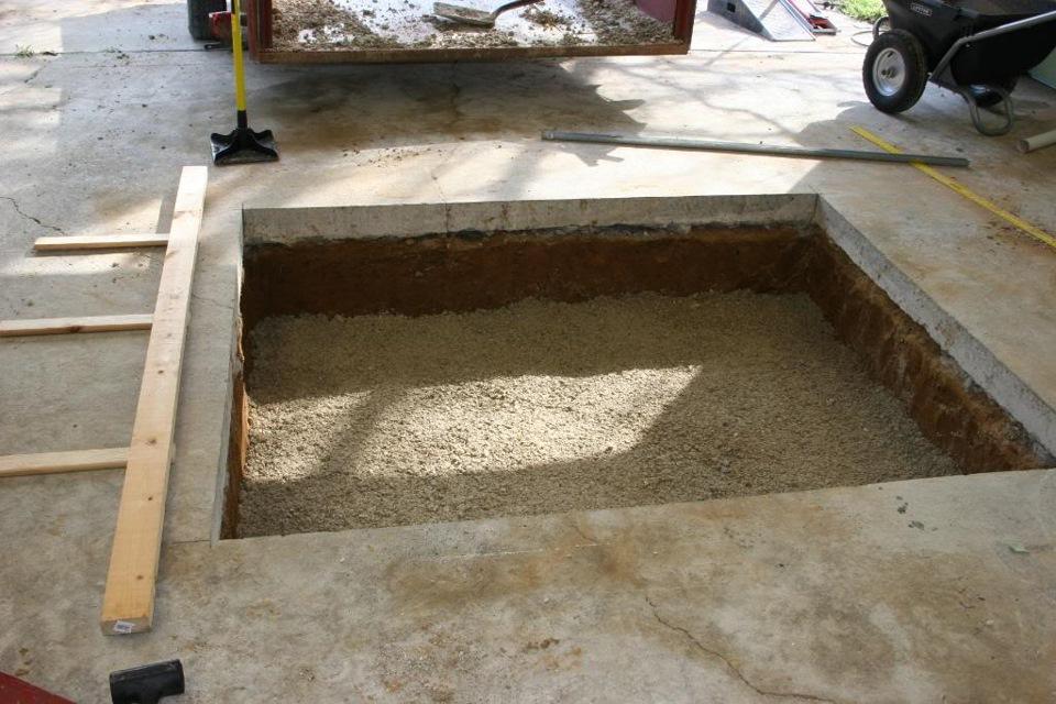 Проделываем яму в полу нашего гаража