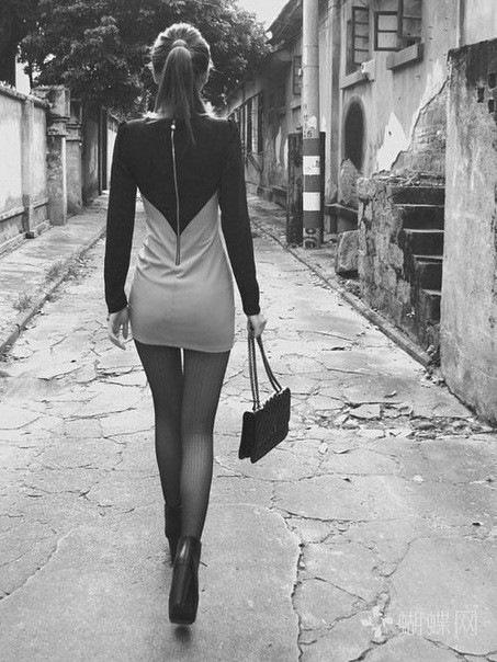 найти фото русой девушки в черном платье сзади