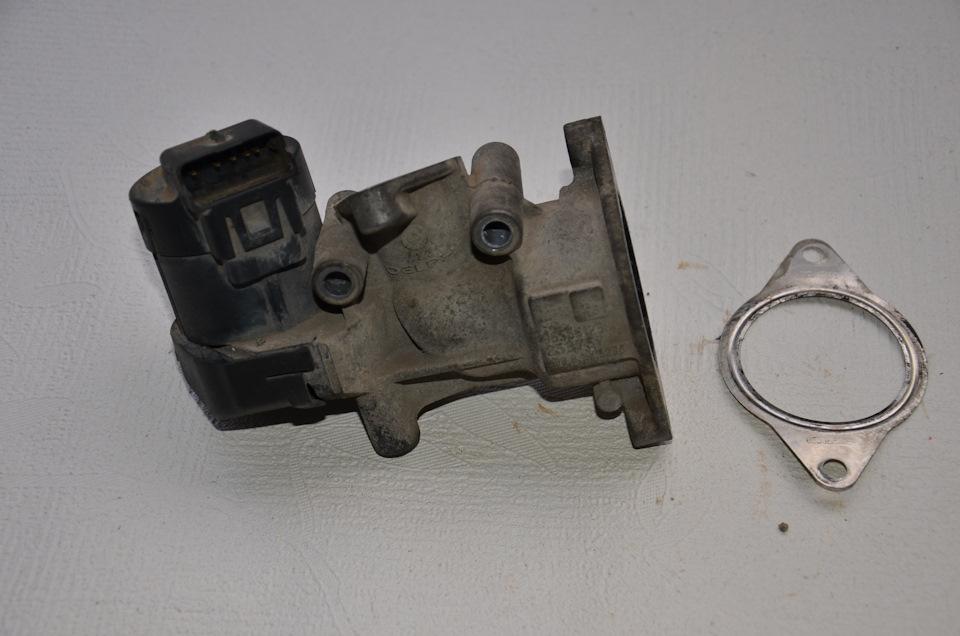 Вот клапан, только что снят с двигателя. Снимать трудновато. Клапан находится на той стороне двигателя, которая обращена к салону. Пришлось использовать небольшое зеркальце. Немного легче и удобней стало после того, как снял воздушный и салонный фильтры.
