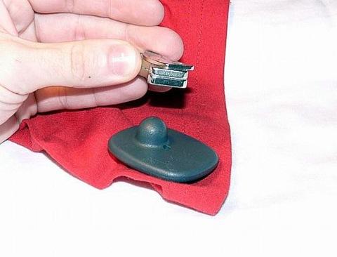 Как самостоятельно снять с одежды магнит