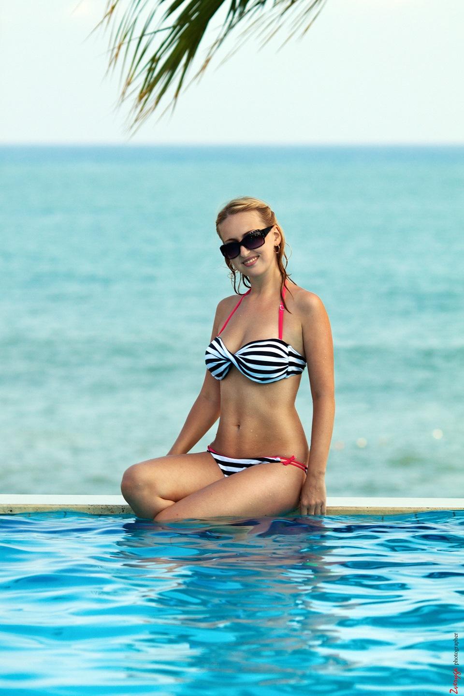 Шикарная блондинка у бассейна