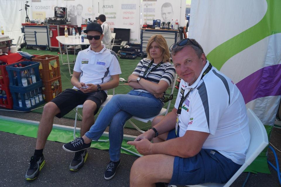 Янис Бауманис со своими родителями, в минуты отдыха, в перерыве между заездами