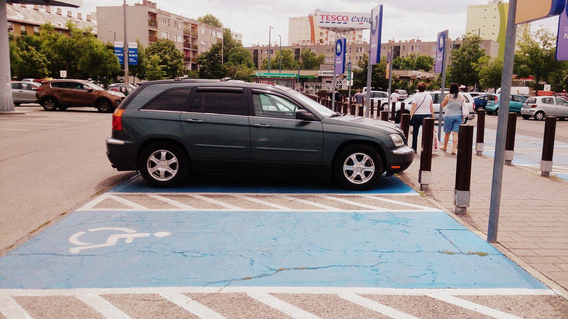 Места для инвалидов на парковке беременным