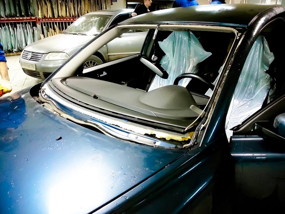 Сиськи на стекле машины
