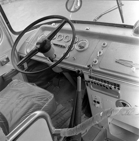Рабочее место водителя. Характерные вытяжные монетки включения освещения, вентиляции и прочих устройств сохранились до самых последних лет выпуска модели.