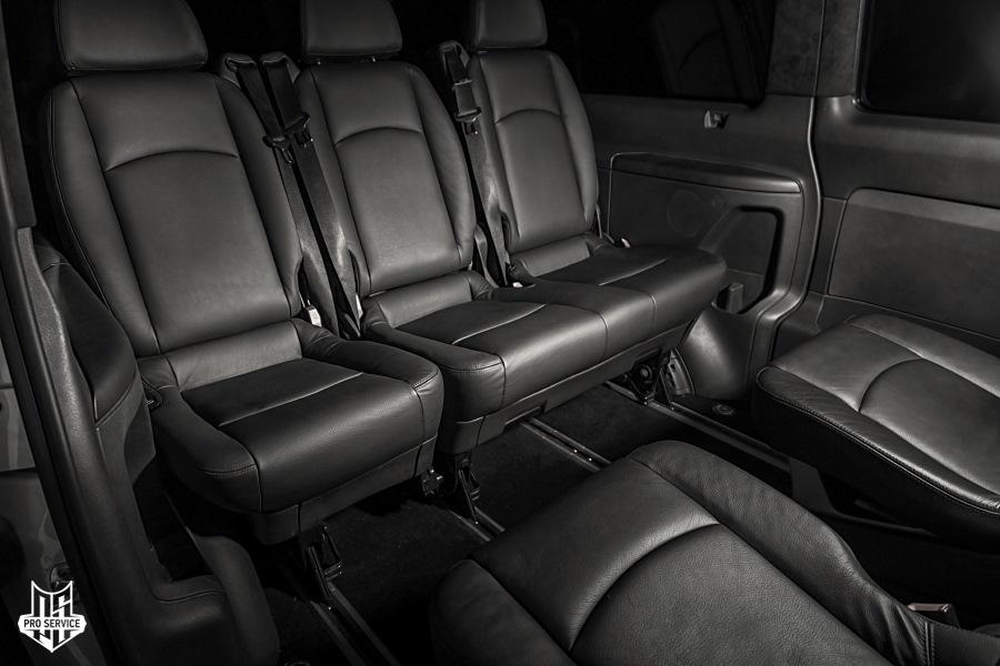 второй ряд сидений оставили в оригинальном исполнении, их владелец докупил и установил самостоятельного, стиль оригинального салона был взят от этих сидений.