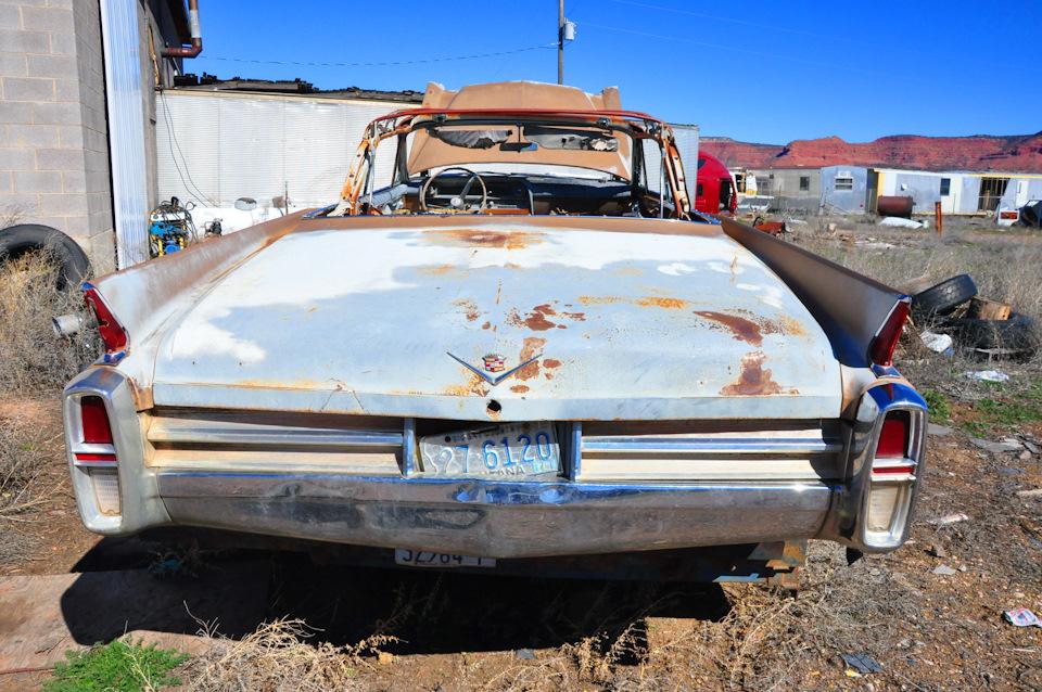 Cadillac Sixty Two судя по задним фонарям 1963 года. Такая красивая и такая мертвая…