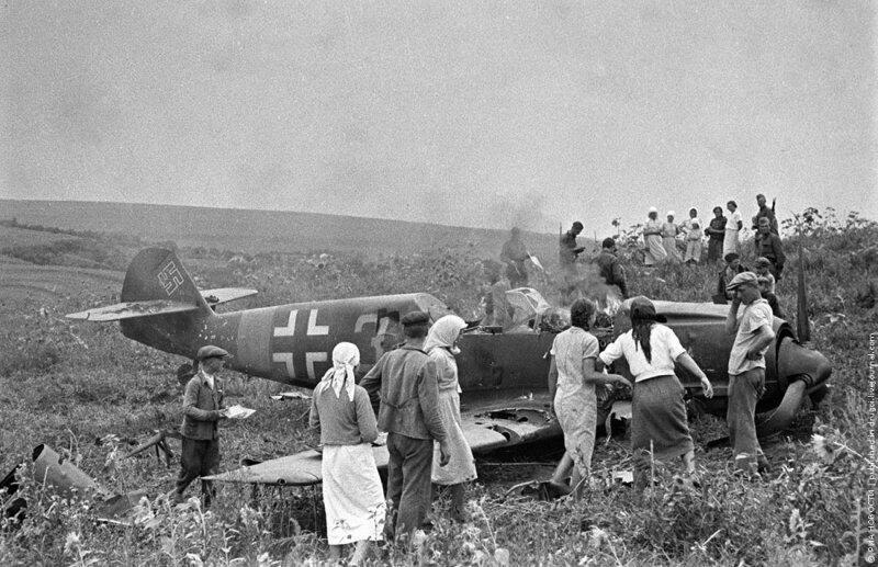 У сбитого немецкого самолета.1944 г.Украина.