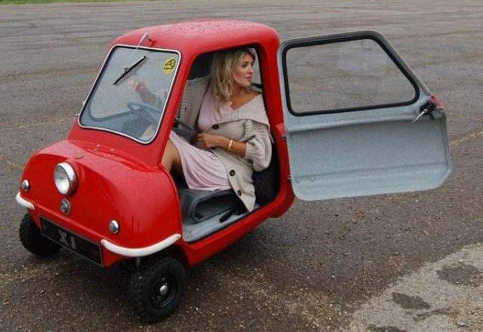 Гламурная блондинка и красная машина