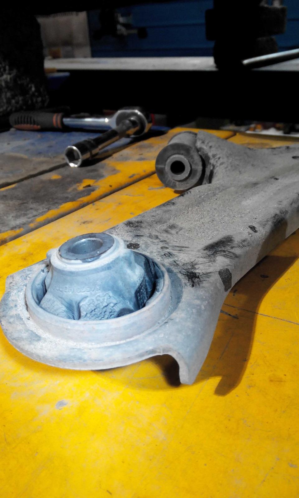 Сайлентблок переднего рычага ниссан тиида