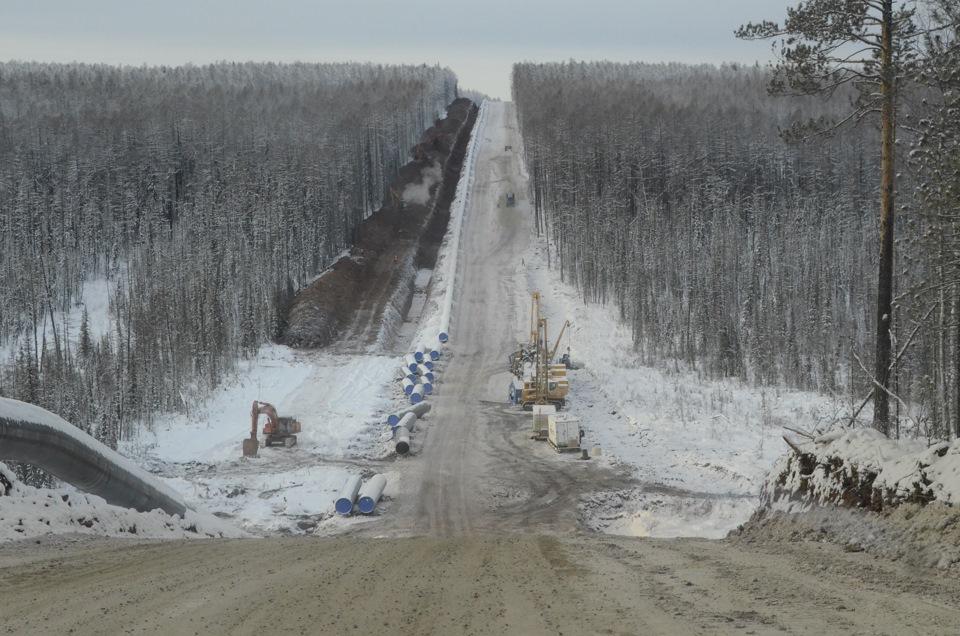 Строим стальную артерию сквозь непроходимую тайгу. Погодные условия в Якутии довольно суровые, работать подолгу на морозе весьма сложно. Порой столбик термометра опускается до -55 градусов, а летом, бывает, поднимается под +40.