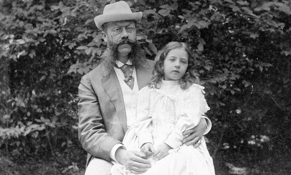 Г-н до поры до времени Еллинек с дочерью Мерседес