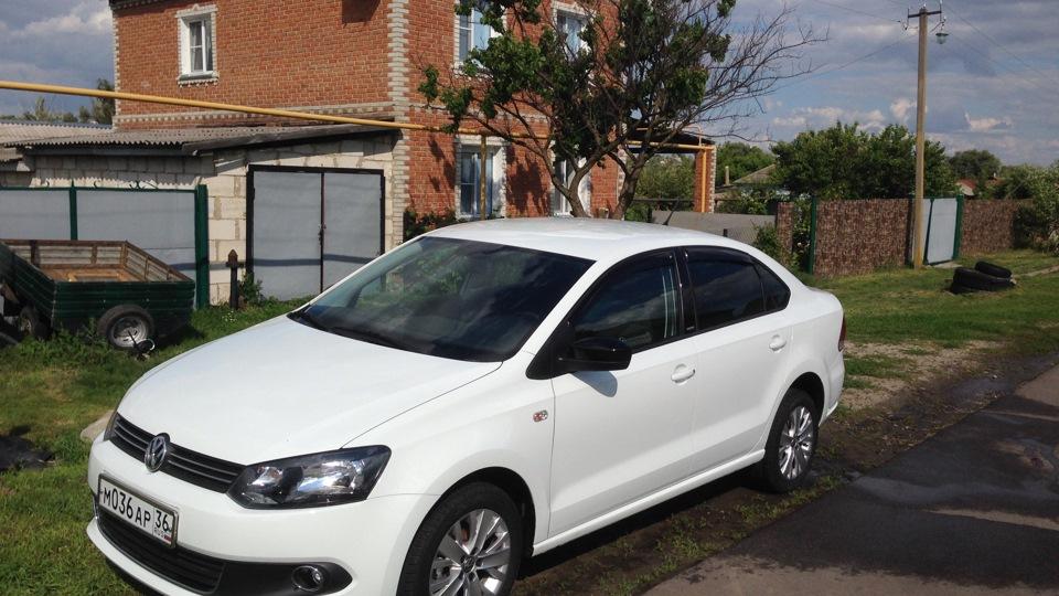 белый volkswagen polo sedan style фото