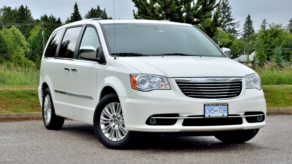 Chrysler town and country limited pacific white drive2 for Stone s town country motors