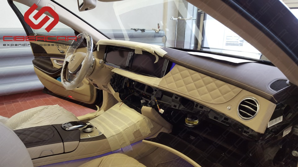 В Майбахе используется самая дорогая кожа представленная при выборе в оригинальном каталоге Мерседес при заказе авто, для того, чтоб разобрать некоторые части салона данного авто, уходят часы.