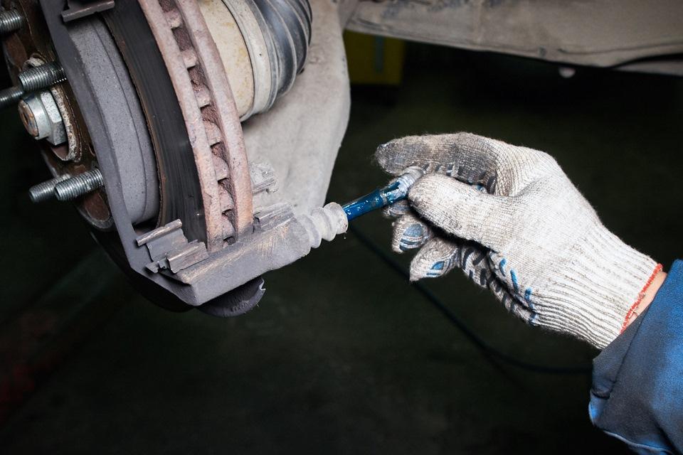 Смазка отверстия скобы и направляющей переднего тормозного суппорта Honda CR-V