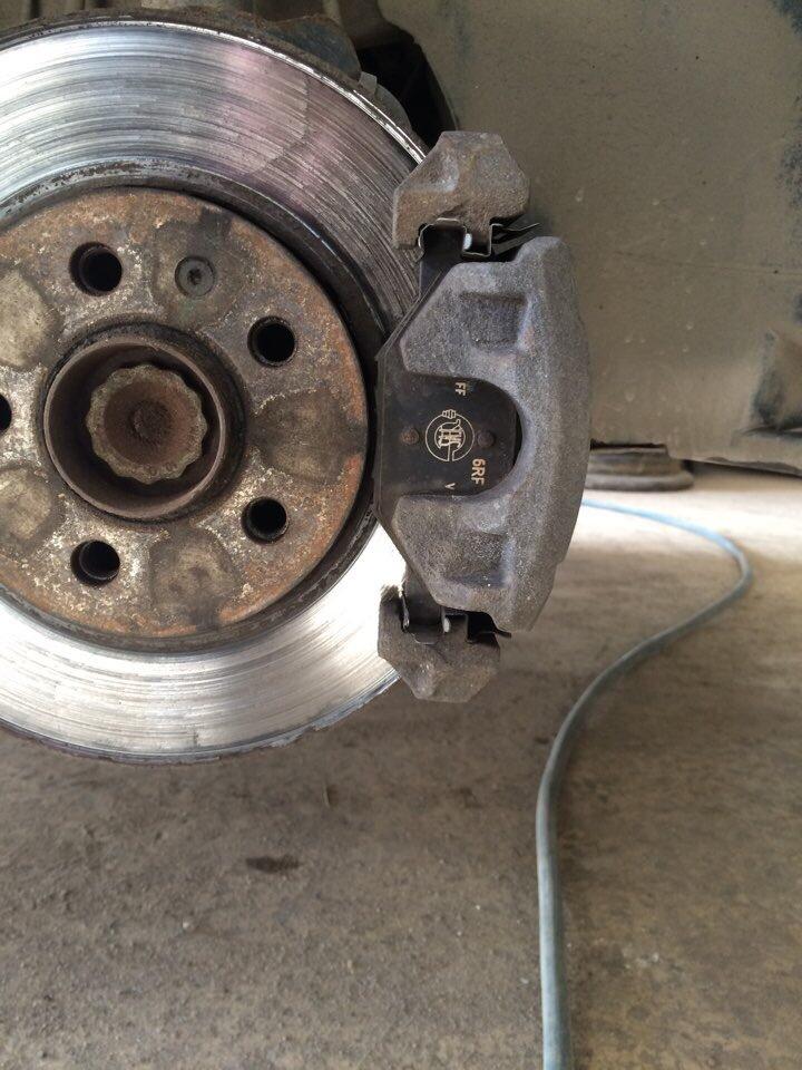 Как заменить тормозной диск на фольксваген