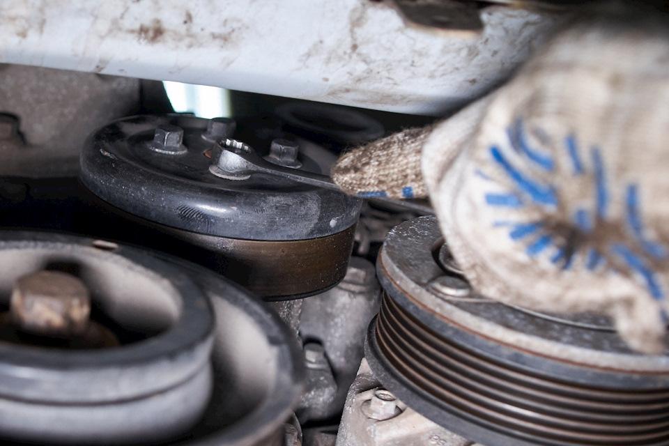 Демонтаж шкива водяного насоса Ford Focus III