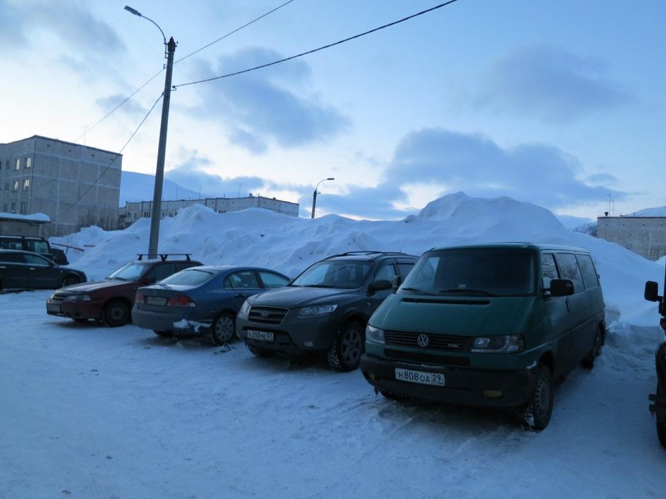 Расскажи им, как очищал машину от снега) Многие машины похоронены под сугробами.