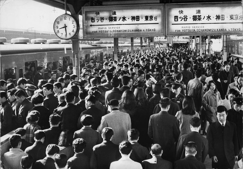 Толпа служащих в час пик, Токио, 1970 год.