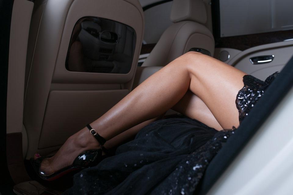 Как девки отдаются на заднем сидении автомобиля фото 488-94