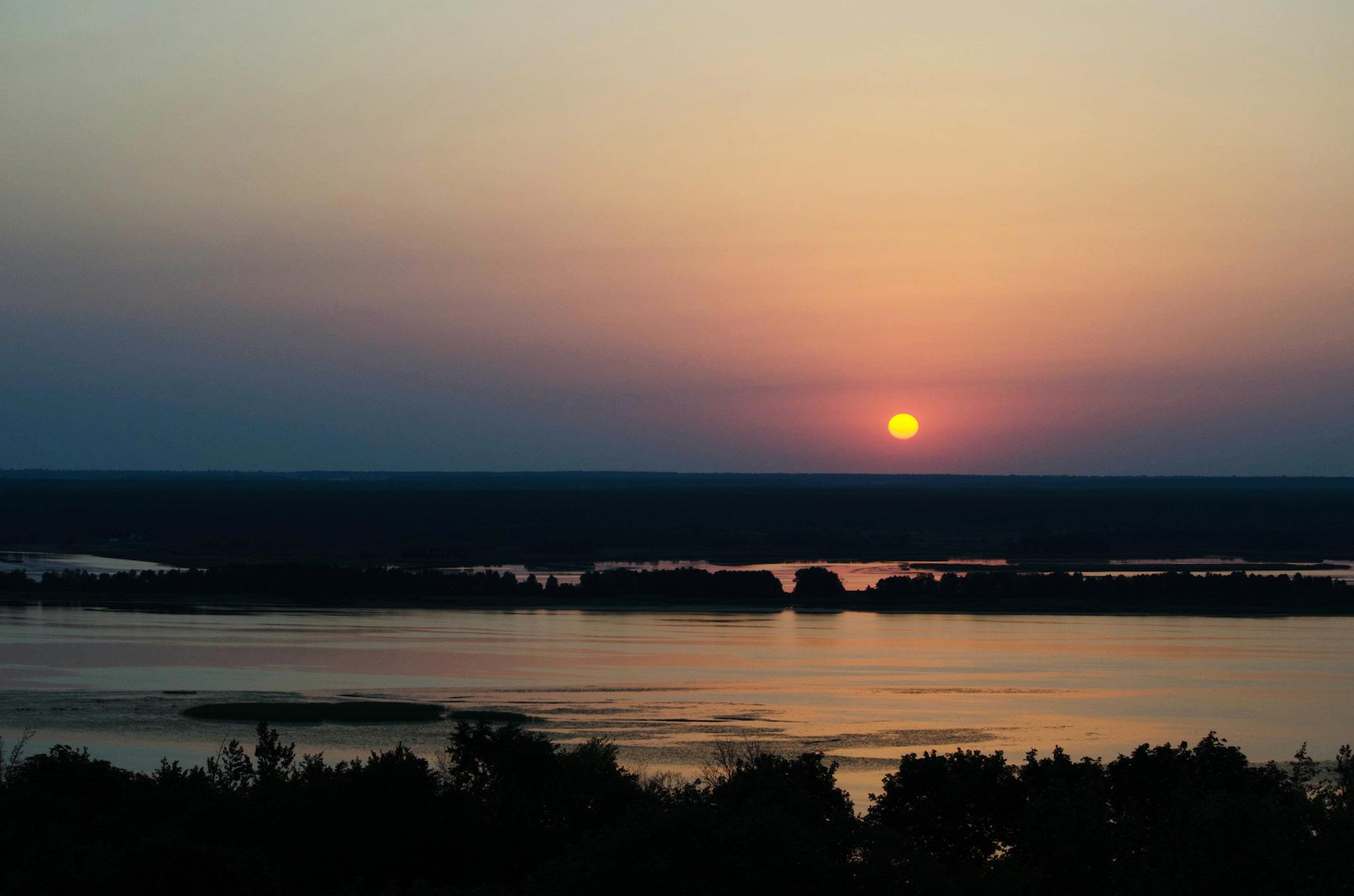 фото восход луны над днепром можно понять названию