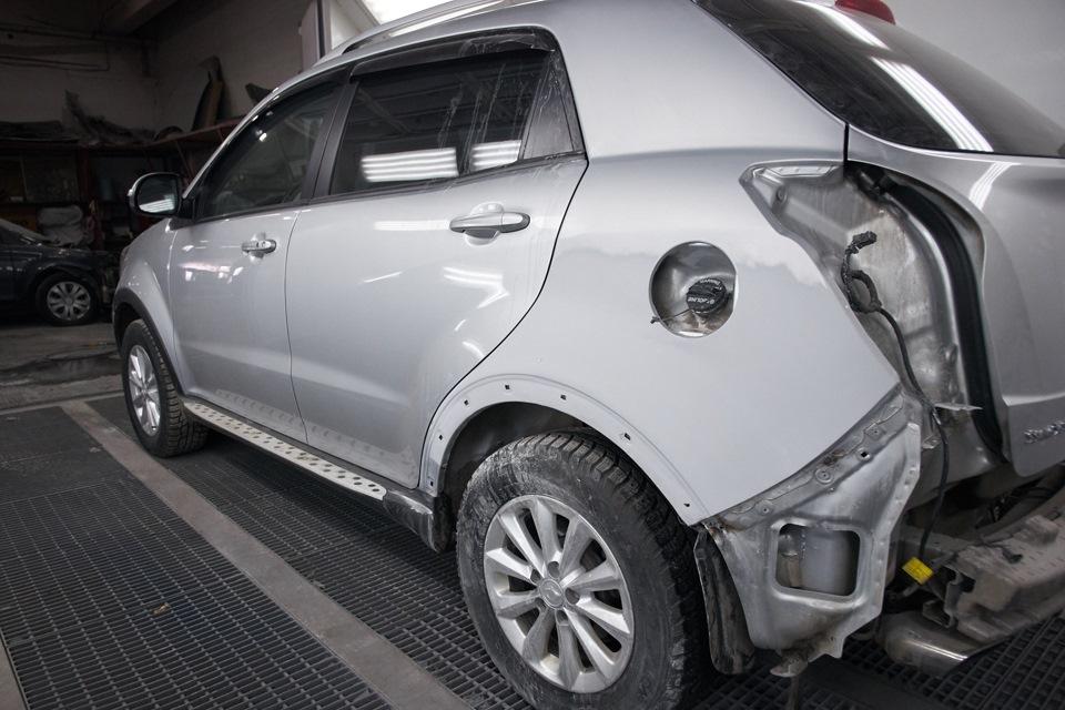 Покрытое грунтом и матирующей пастой заднее левое крыло SsangYong New Action. Автомобиль в покрасочной камере.